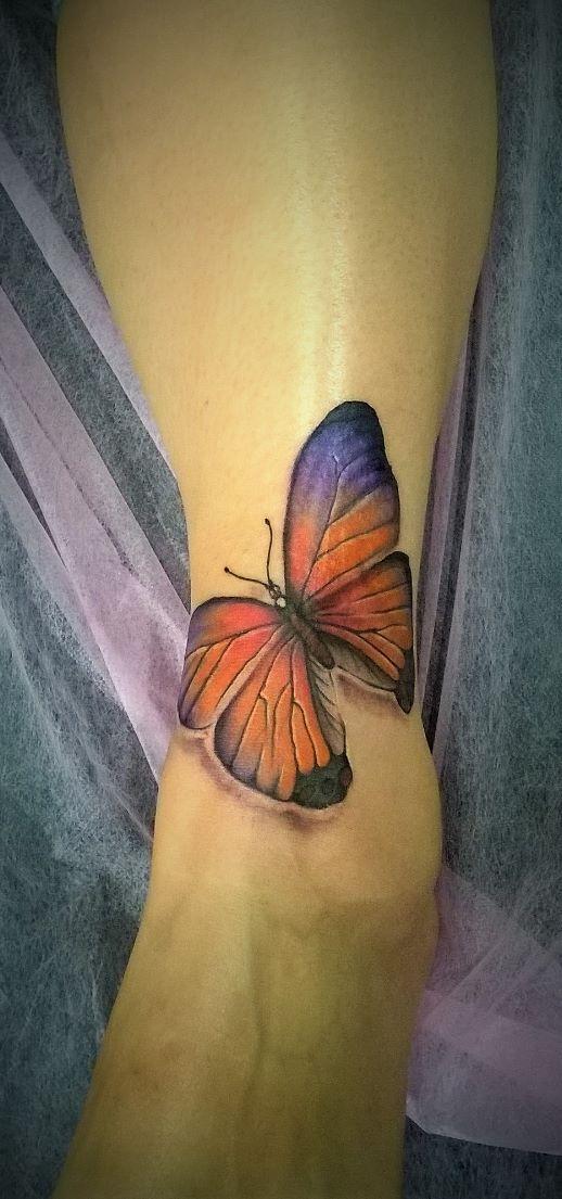 тату на ноге в виде бабочки